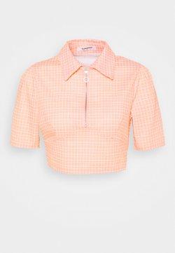 Glamorous - SEERSUCKER CROP TOP WITH COLLAR AND SLEEVES - T-Shirt print - peach grid