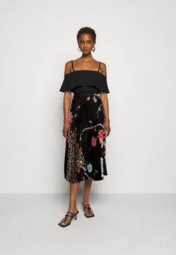Victoria Victoria Beckham - PLEATED COLD SHOULDER RECYCLED DRESS - Freizeitkleid - jumbo black