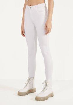 Bershka - IM PUSH-UP-SCHNITT - Jeans Skinny Fit - white