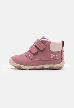 Geox - NEW BALU GIRL - Lauflernschuh - dark pink