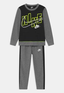 Nike Sportswear - COLOR BLOCK CREW SET - Survêtement - carbon heather