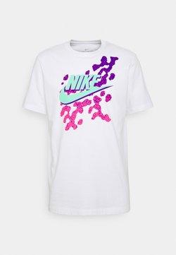 Nike Sportswear - TEE BEACH PARTY FUTURA - Printtipaita - white