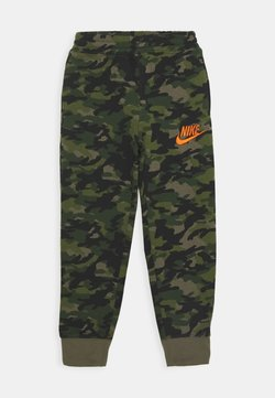 Nike Sportswear - CRAYON CAMO - Verryttelyhousut - medium olive/camelia