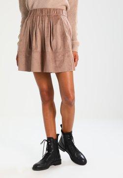 Moves - KIA - Pleated skirt - warm sand