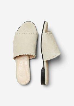 Selected Femme - MULES FLACHE WILDLEDER - Pantolette flach - sand
