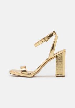 MICHAEL Michael Kors - ANGELA ANKLE STRAP - Sandalias de tacón - gold