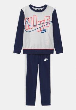 Nike Sportswear - COLOR BLOCK CREW SET - Survêtement - blue void