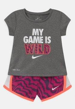 Nike Sportswear - TEMPO SET - Shorts - fireberry