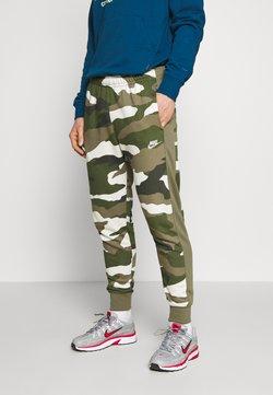 Nike Sportswear - CLUB CAMO - Pantalon de survêtement - medium olive/summit white