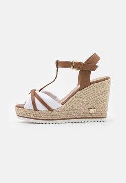 TOM TAILOR - Korkeakorkoiset sandaalit - camel/white