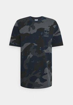 adidas Originals - CAMO TEE - Camiseta estampada - night navy