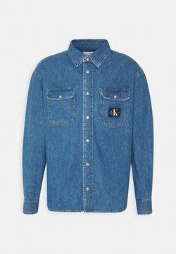 Calvin Klein Jeans - OVERSIZED SHIRT - Vapaa-ajan kauluspaita - mid blue