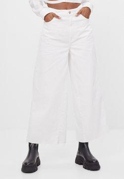Bershka - Flared Jeans - white
