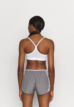 Nike Performance - AIR INDY CUTOUTBRA - Sport-BH mit leichter Stützkraft - white/pure platinum/black
