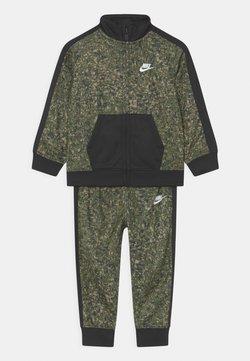 Nike Sportswear - DIGI CONFETTI SET UNISEX - Verryttelytakki - rough green