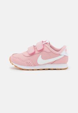 Nike Sportswear - MD VALIANT SE UNISEX - Sneaker low - pink glaze/white/light brown/obsidian