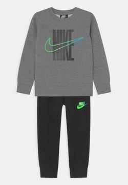 Nike Sportswear - RISE TAPING CREW SET - Verryttelypuku - black