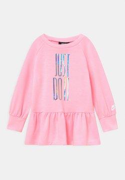 Nike Sportswear - SPORTSWEAR DRESS SET - Vestido ligero - arctic punch