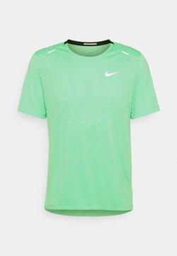 Nike Performance - RISE - T-Shirt print - green glow/silver