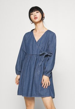 Pieces Petite - PCALIVA DRESS - Dongerikjole - medium blue denim