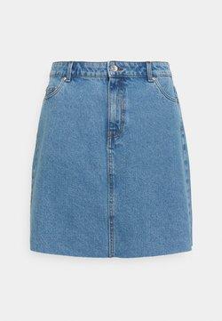Vero Moda Curve - VMMIKKY RAW SKIRT MIX - Minirock - light blue denim