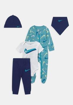 Nike Sportswear - SWOOSHFETTI PARADE SET UNISEX - T-Shirt print - blue void