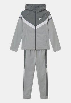 Nike Sportswear - SET UNISEX - Survêtement - light smoke grey/smoke grey/white