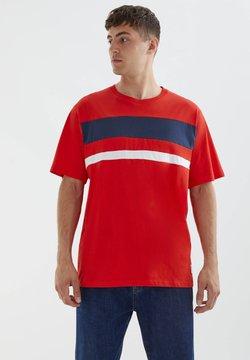 PULL&BEAR - DOPPELTEM COLOUR-BLOCK - T-Shirt print - pink