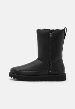 UGG - CLASSIC ZIP SHORT - Bottes de neige - black