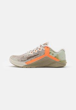 Nike Performance - METCON 6 UNISEX - Kuntoilukengät - light bone/yukon brown/mystic stone/total orange
