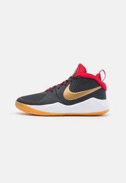 Nike Performance - TEAM HUSTLE D 9 UNISEX - Indoorskor - dark smoke grey/metallic gold