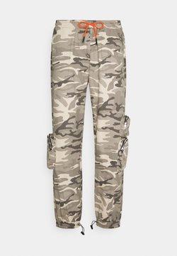 Mennace - PRINT TROUSER - Pantalon cargo - brown
