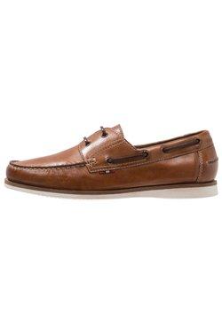 Pier One - Chaussures bateau - cognac