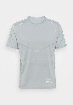 Nike Performance - RISE - T-shirt imprimé - light pumice