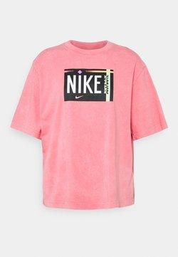 Nike Sportswear - TEE WASH - Printtipaita - sunset pulse