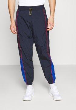Levi's® - LEVI'S® X PEANUTS MILES TRACK PANT UNISEX - Jogginghose - black/blue