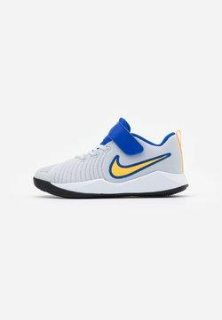 Nike Performance - TEAM HUSTLE QUICK  - Basketball shoes - pure platinum/laser orange/hyper royal