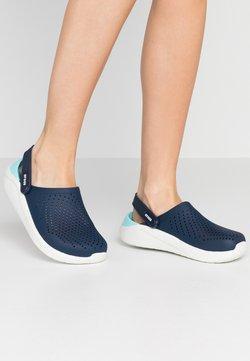 Crocs - LITERIDE - Pantolette flach - navy/almost white