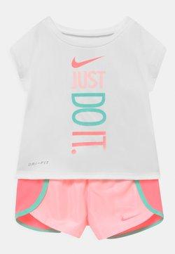 Nike Sportswear - SPRINTER SHORT SET - Camiseta estampada - light pink/white