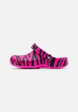 Crocs - CLASSIC ANIMAL PRINT  - Pantolette flach - electric pink/black
