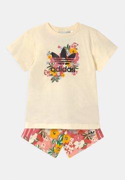adidas Originals - FLORAL SET - T-shirt print - cream white/black/trace pink/hazy rose