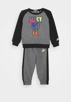 Nike Sportswear - CREW SET - Survêtement - carbon heather