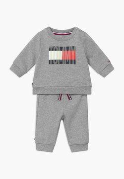 Tommy Hilfiger - BABY FLAG TRACKSUIT SET - Survêtement - grey