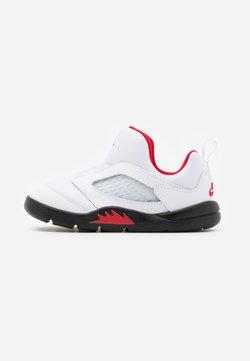 Jordan - 5 RETRO LITTLE FLEX UNISEX - Basketbalschoenen - white/university red/black