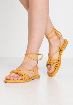RE:DESIGNED - NETTA - Sandales - dark yellow