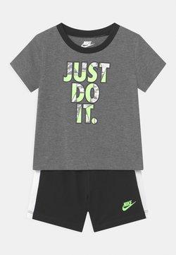 Nike Sportswear - TIDE POOL SET - Camiseta estampada - black