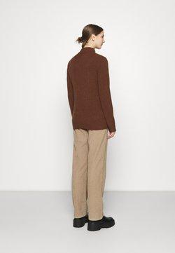 NA-KD - ZIPPED COLLAR SWEATER - Strikkegenser - brown