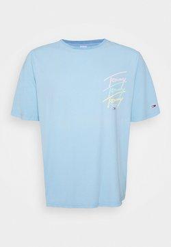 Tommy Jeans Plus - REPEAT SCRIPT TEE - T-shirt imprimé - light powdery blue