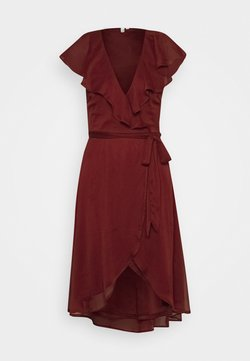 Nly by Nelly - DASHING FLOUNCE DRESS - Sukienka koktajlowa - burgundy