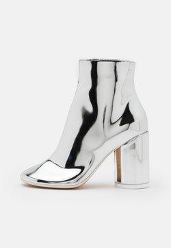 MM6 Maison Margiela - STIVALETTO EFFETTO SCUCITO - High Heel Stiefelette - silver